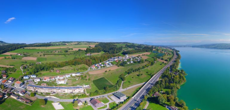 Drohnenbild mit Sicht auf die Autobahn Richtung Sempach
