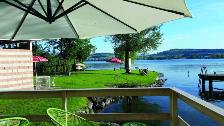 Badi Schenkon mit Blick auf Sonnenwiese, Floss und See